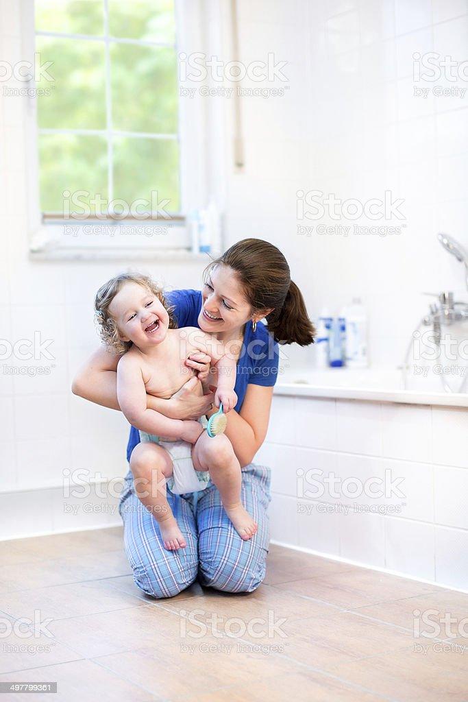 Jeune mère et son enfant en blanc belle salle de bains - Photo