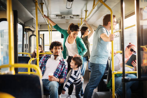 junge mutter und ihr sohn sind ausbildung, nicht in einem bus voller menschen zu verlieben. - hauptverkehrszeit stock-fotos und bilder