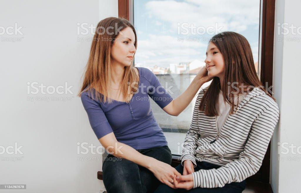 Junge Mutter und Teenager-Tochter – Foto