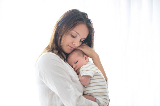 Junge Mutter hält ihr neugeborenes Baby boy – Foto