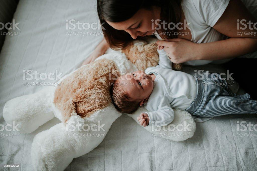 Joven madre con su bebé recién nacido - foto de stock