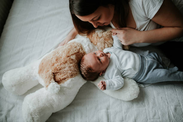 jovem mãe, segurando o menino recém-nascido - novo bebê - fotografias e filmes do acervo