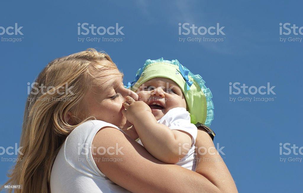 젊은 구슬눈꼬리 키스 자녀가 royalty-free 스톡 사진