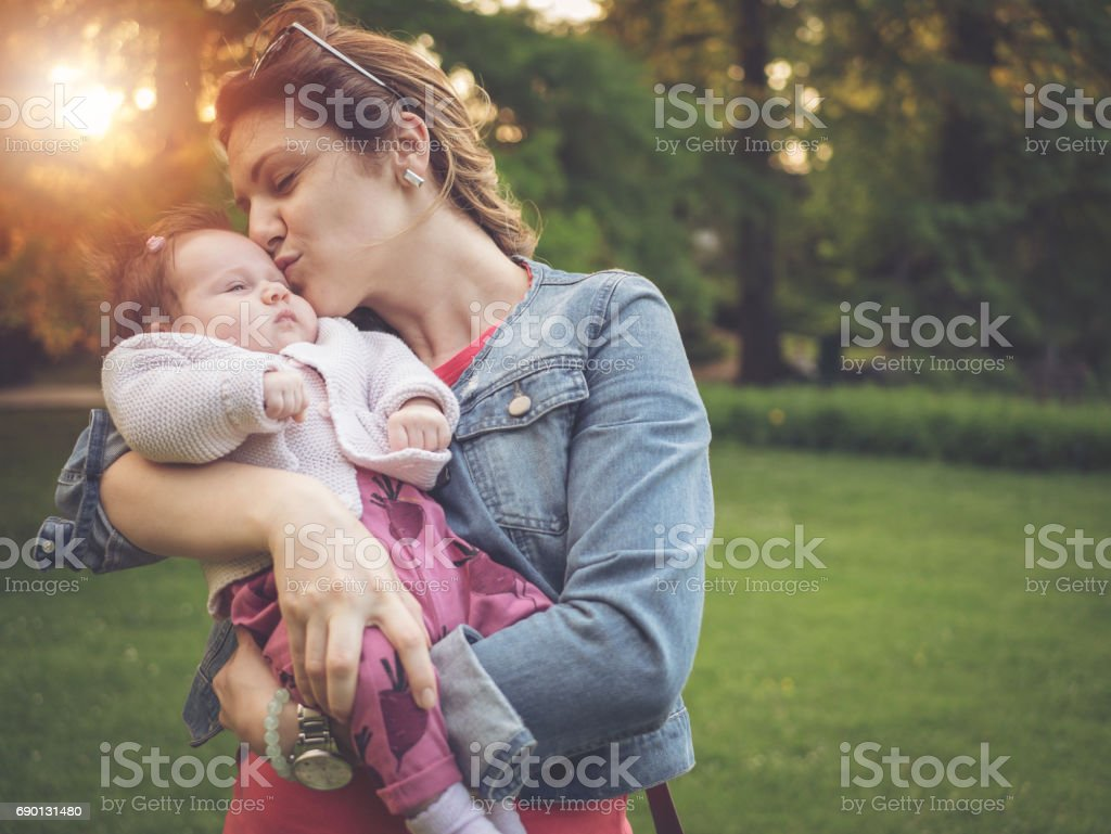 Junge Mutter mit ihrem Babymädchen im Park im Sommer spielen Lizenzfreies stock-foto