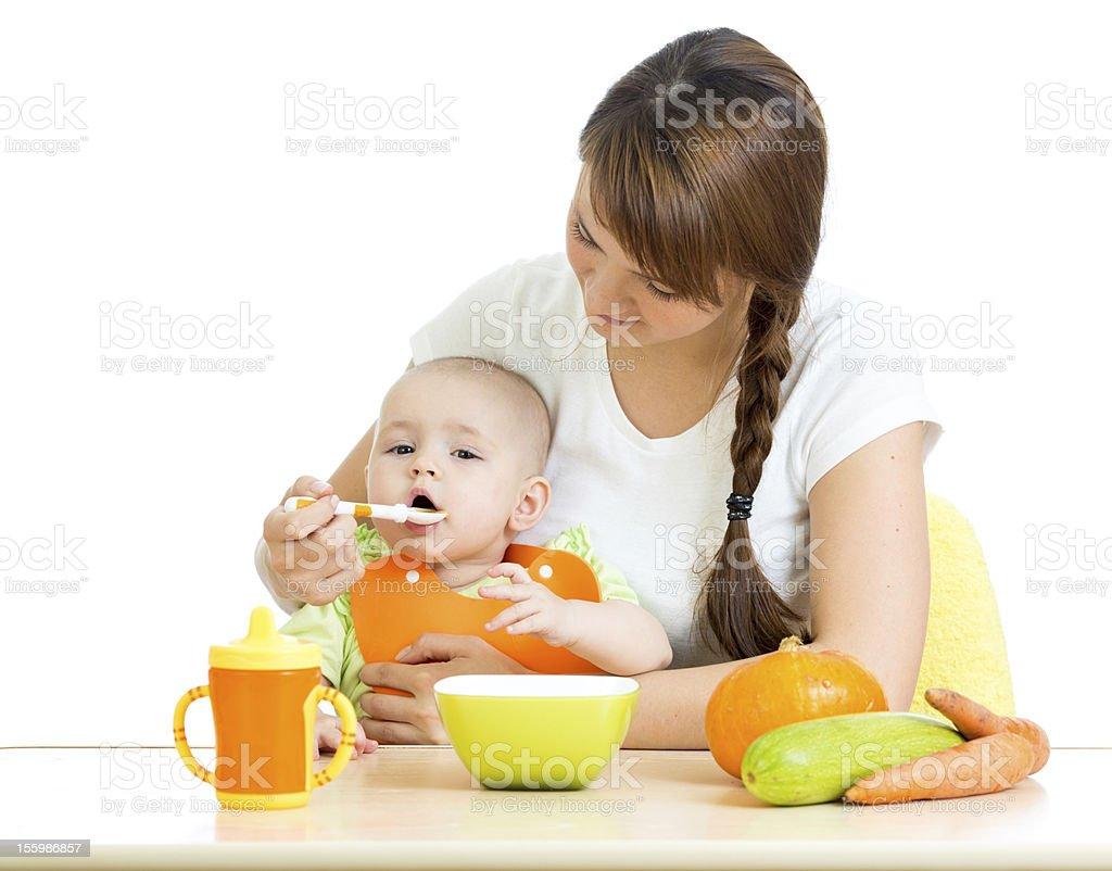 Junge Mutter Löffel Füttern Ihr baby-Junge, isoliert auf weiss – Foto
