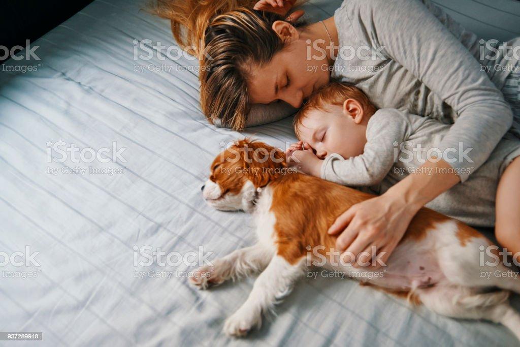 junge Mutter mit ihren Babys ein Nickerchen – Foto