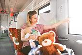 電車で赤ちゃん連れの若い母親。