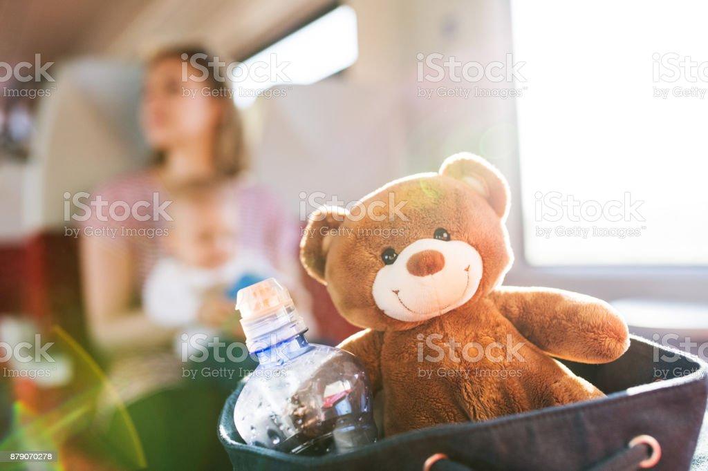Jonge moeder met baby reizen per trein. foto