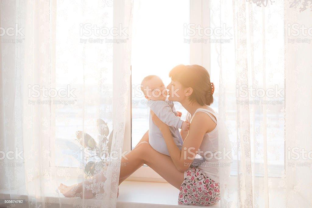 Junge Mutter mit einem baby Im schönen Schlafzimmer – Foto