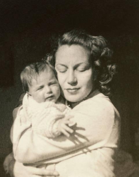1948年年輕母親帶著孩子 - 摄影 個照片及圖片檔