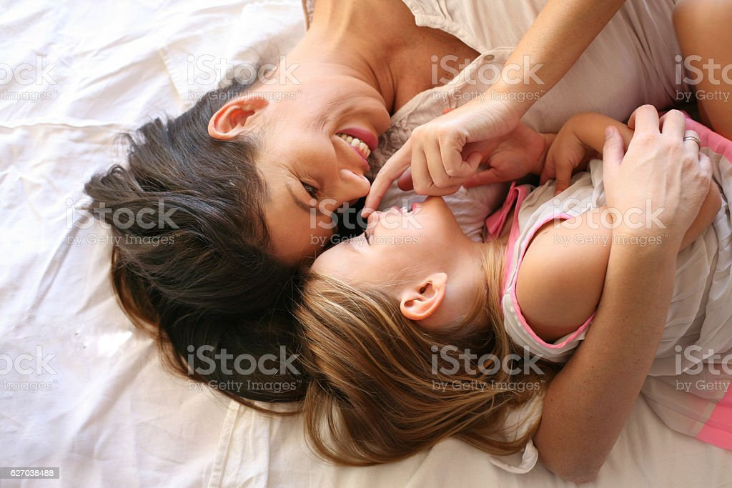 Young mother with her daughter. – Foto