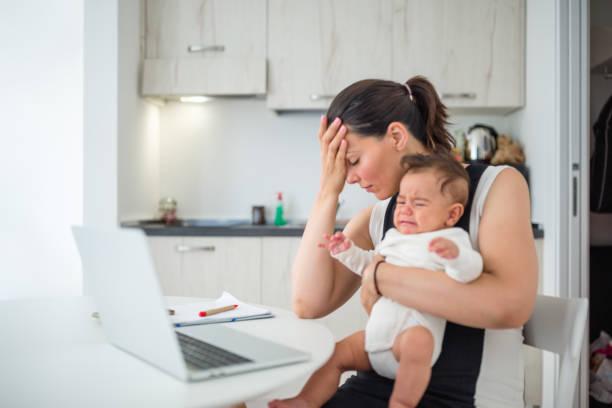 Junge Mutter, die von zu Hause aus arbeitet – Foto