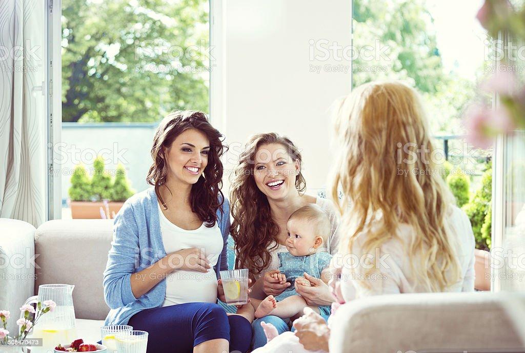 Las madres jóvenes en su casa - foto de stock