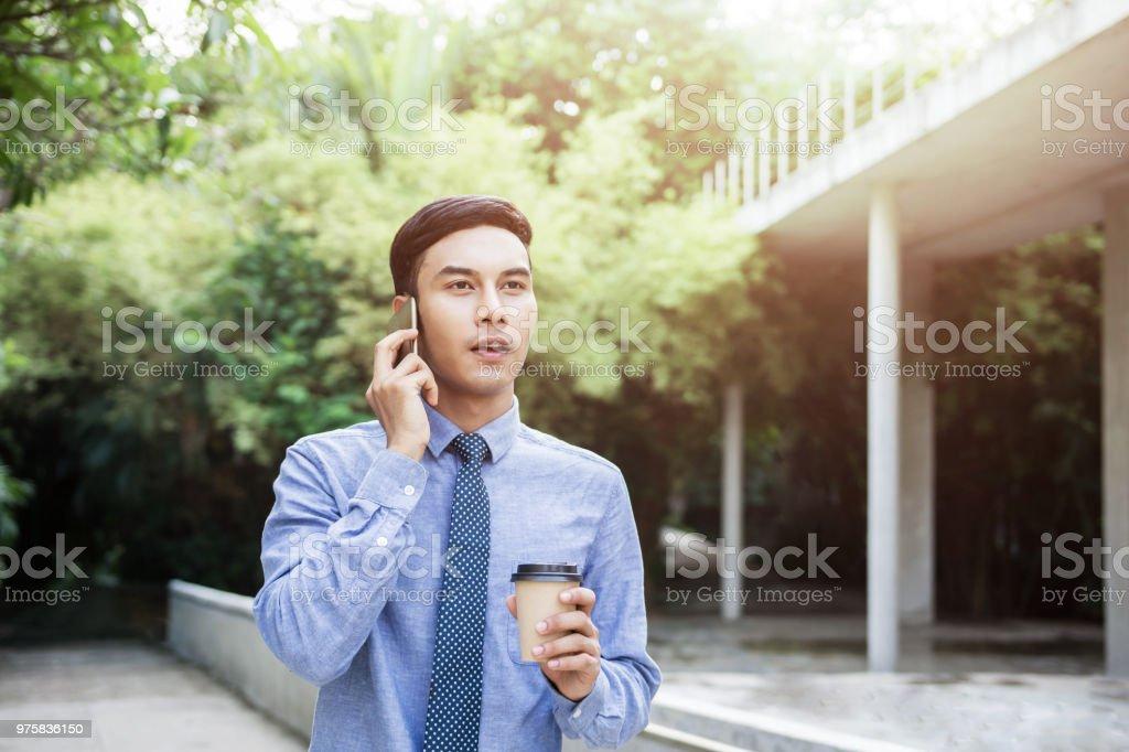 Junge Motivation Unternehmer sprechen über das Smartphone beim Spaziergang im Freien, Lebensstil der modernen männlichen - Lizenzfrei Drahtlose Technologie Stock-Foto