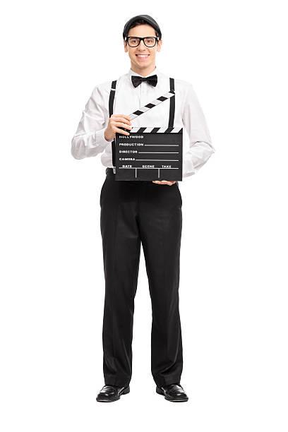 junge film director hält ein film clapperboard - klappe hut stock-fotos und bilder