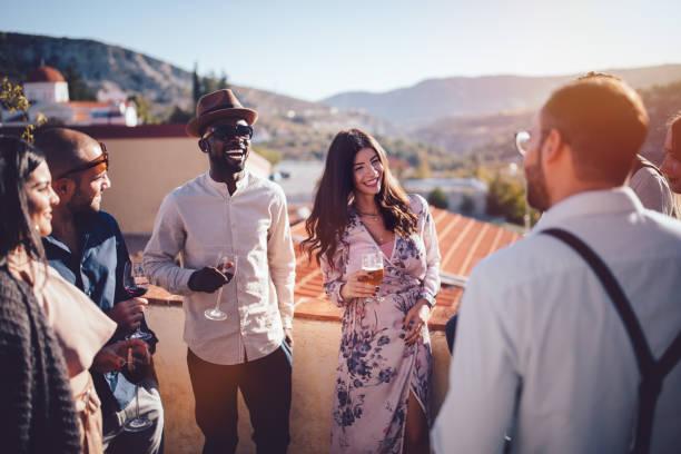multi-ethnischen jugendliche trinken wein und bier in ländlichen dorf - französische häuser stock-fotos und bilder