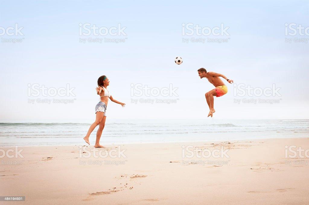 Fotografia De Multirracial Joven Pareja Jugando Con El Futbol En La