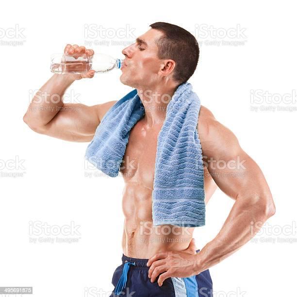 Muscular Joven Hombre Agua Potable Aislado En Blanco Foto de stock y más banco de imágenes de Agarrar
