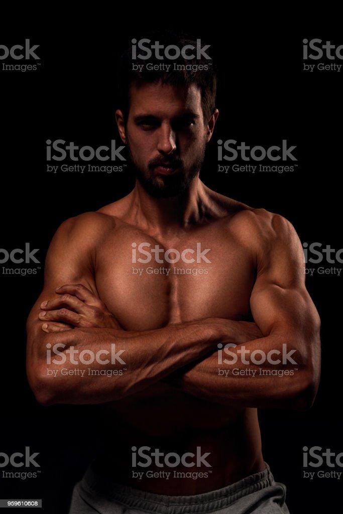 Joven musculoso mostrando sus músculos - Foto de stock de Abdomen libre de derechos