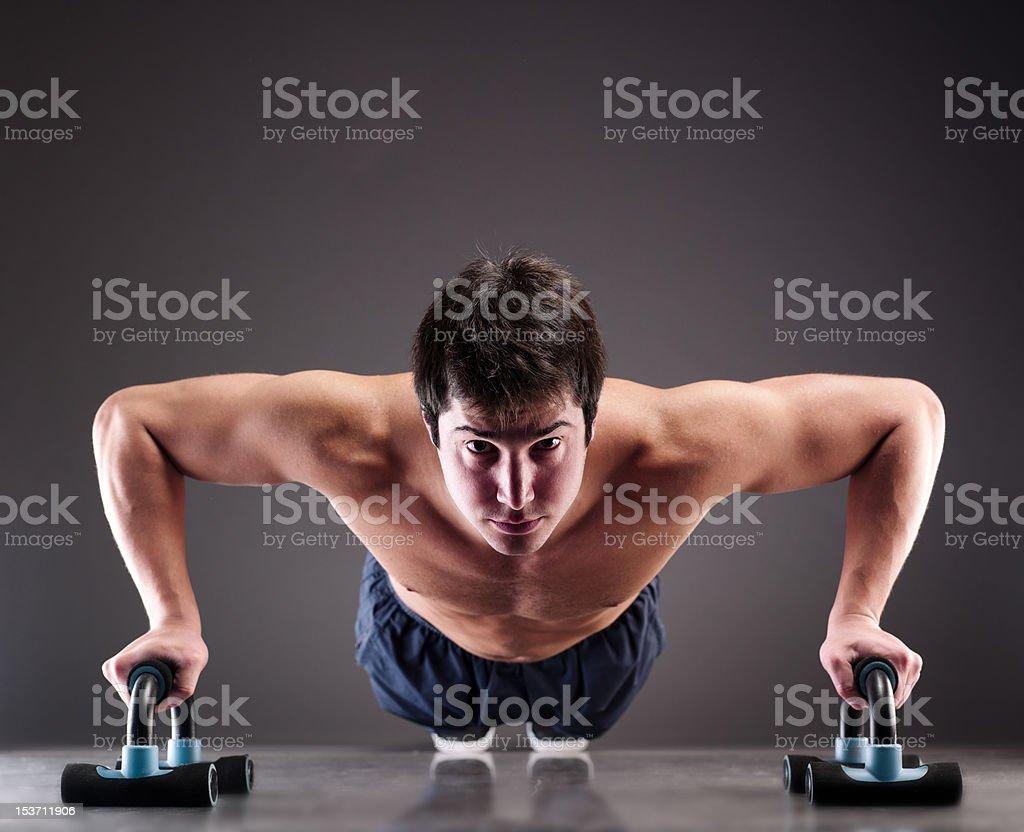 Junge Muskeln when tun push-ups – Foto