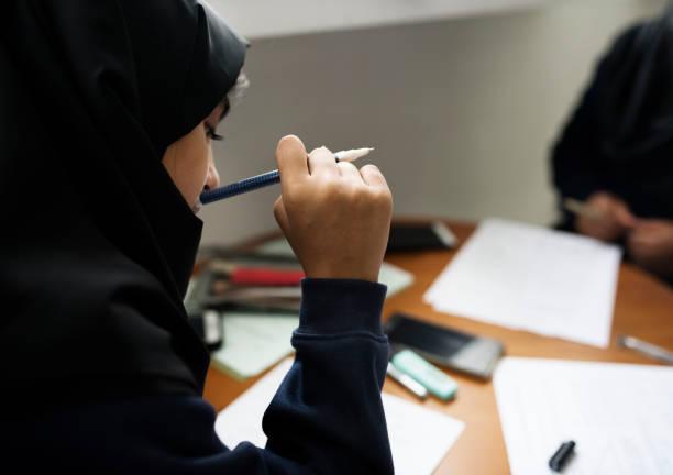 年輕的穆斯林學生 - emirati woman 個照片及圖片檔