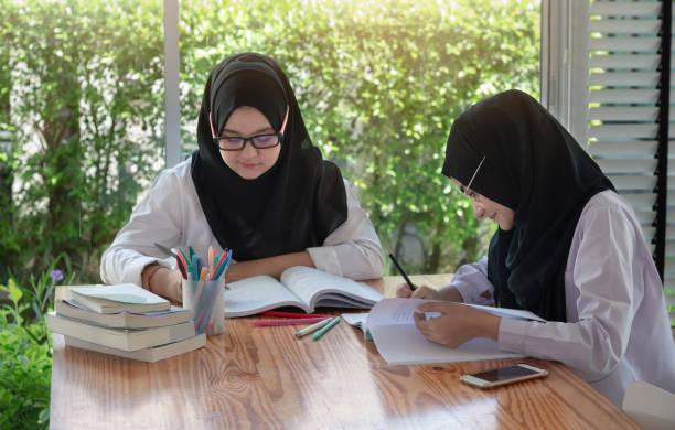 Jóvenes estudiantes musulmanes en ropa tradicional. - foto de stock