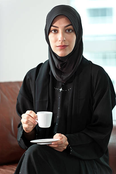 jeune femme musulmane en noir. - femme arabe photos et images de collection