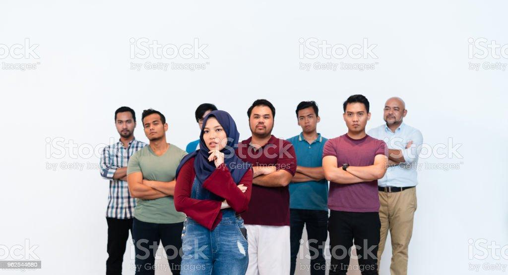 Jovem mulher muçulmana com hijab, líder do grupo do homem. - Foto de stock de Adulto royalty-free