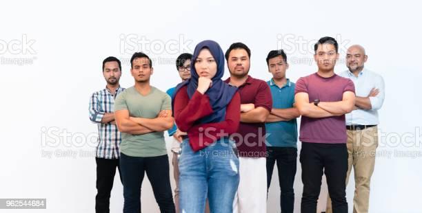 Foto de Jovem Mulher Muçulmana Com Hijab Líder Do Grupo Do Homem e mais fotos de stock de Adulto