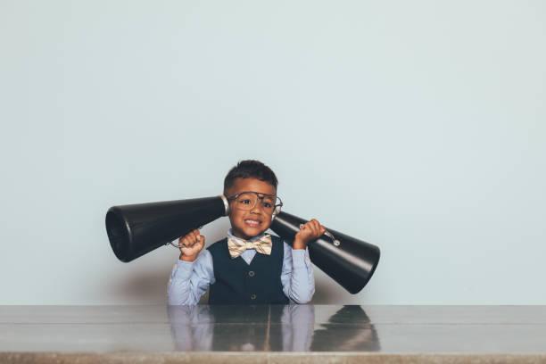 Junge Nerd Boy Hören mit Megaphones – Foto