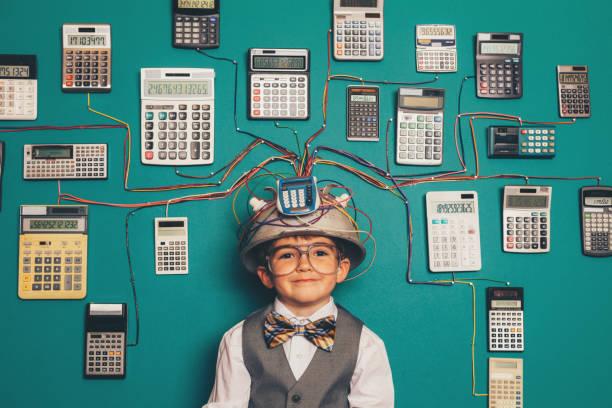 Junger Nerd Boy mit Rechenerlung-Erfindung – Foto