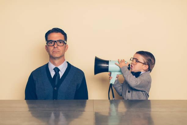 jungen nerd boy anzuschreien papa durch megaphon - fails zum thema eltern stock-fotos und bilder