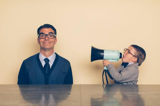jungen nerd boy anzuschreien papa mit megaphon - brille bestellen stock-fotos und bilder