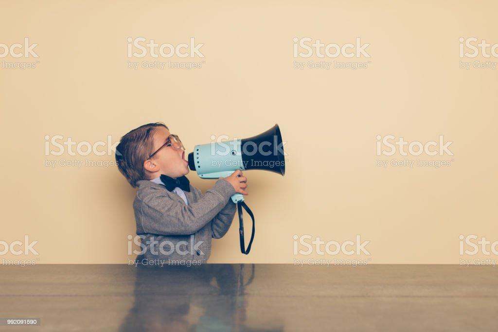 Jungen Nerd Boy schreit in Megaphon – Foto