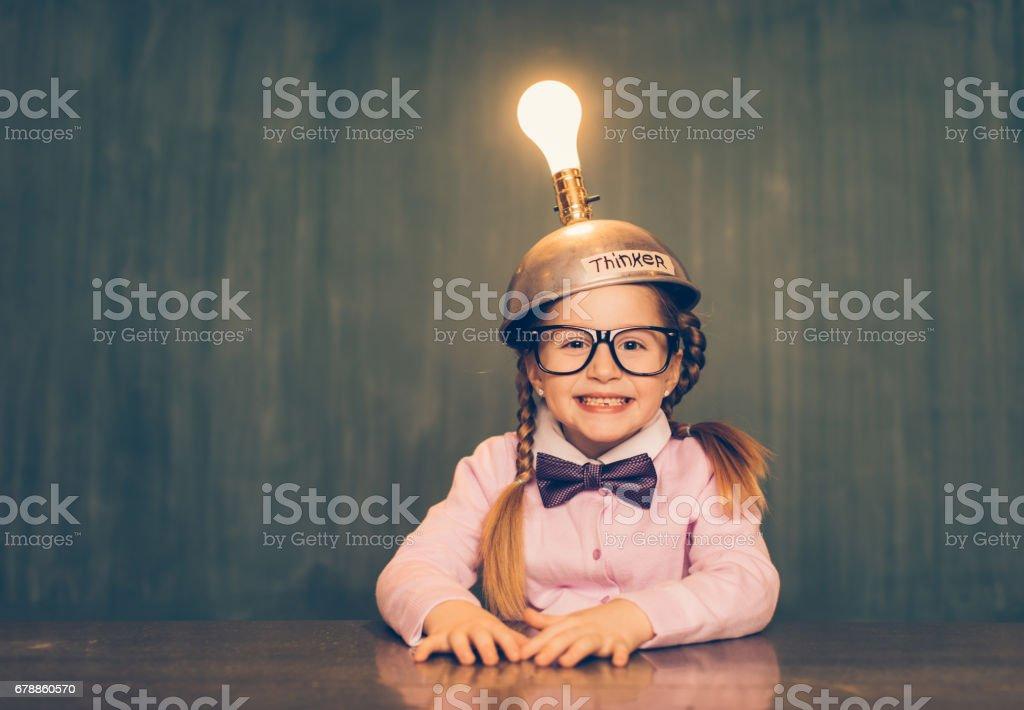 Nerd jeune fille avec chapeau de pensée photo libre de droits