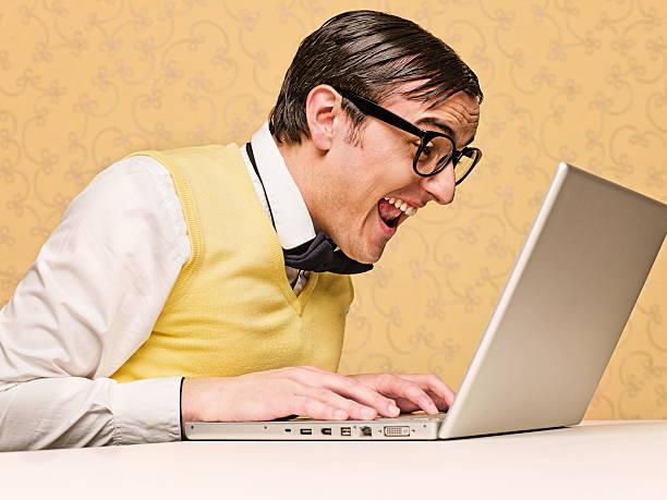 Jungen nerd sitzen am computer – Foto