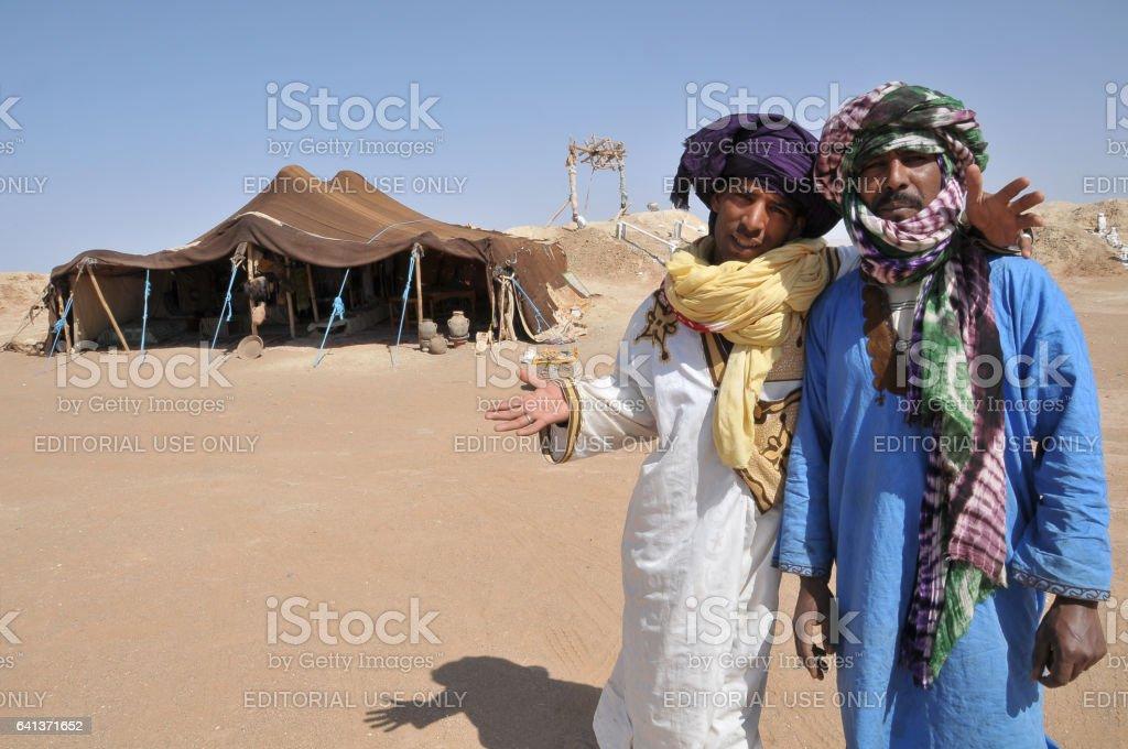 Jóvenes nómadas junto a su tienda - foto de stock
