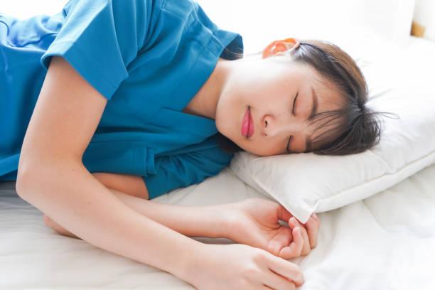 昼寝をしている若い看護師 ストックフォト