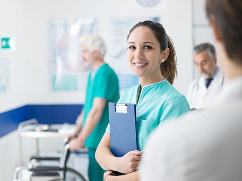 病院で働いている若い看護婦 - イタリアのストックフォトや画像を多数ご用意