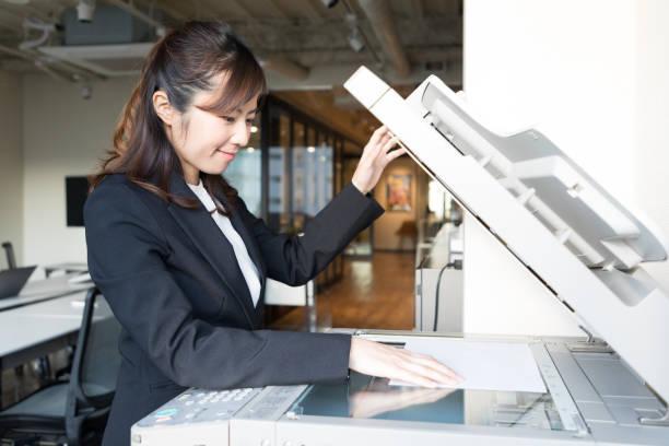 若い女の事務員持株ドキュメント。 - ビジネスフォーマル ストックフォトと画像