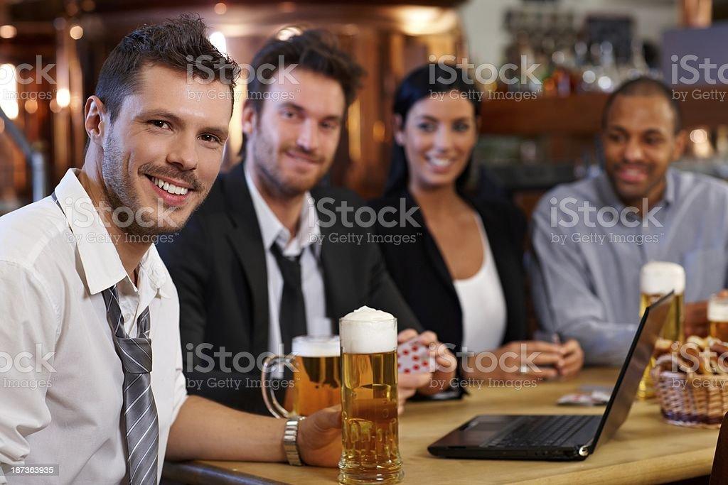 Giovane impiegato bere birra al pub - foto stock