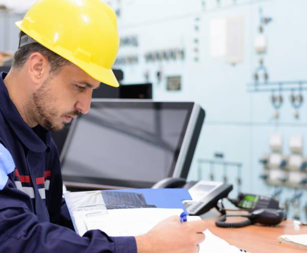 Junger Betreiber arbeitet am Stromverteilungsnetz in Elektroraum – Foto