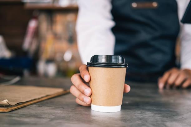 Junger Besitzer des Kaffeecafé-Service-Kunden. – Foto