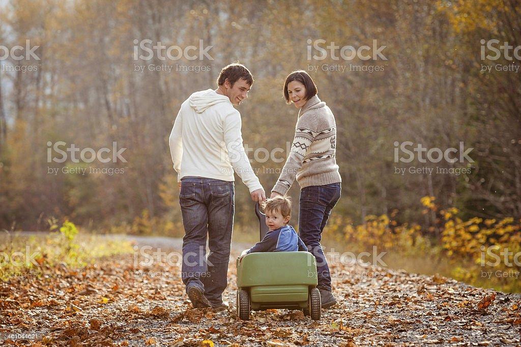 Junge Eltern mit jungen auf Sie. – Foto