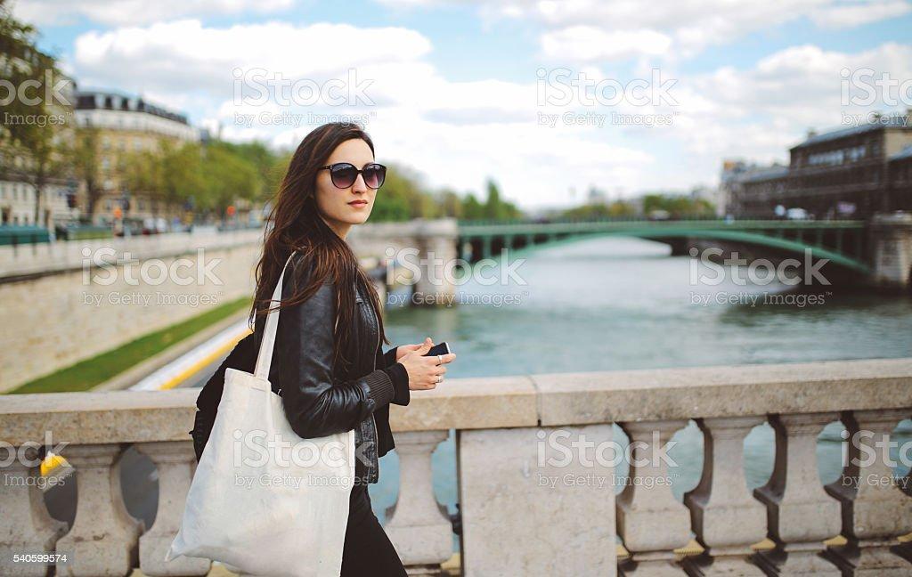 Joven mujer parisino de camino a la oficina - foto de stock