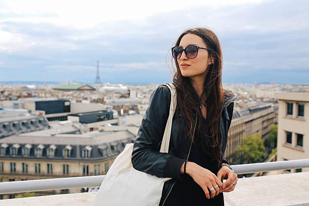 parisino joven mujer disfrutando de la vista - moda parisina fotografías e imágenes de stock