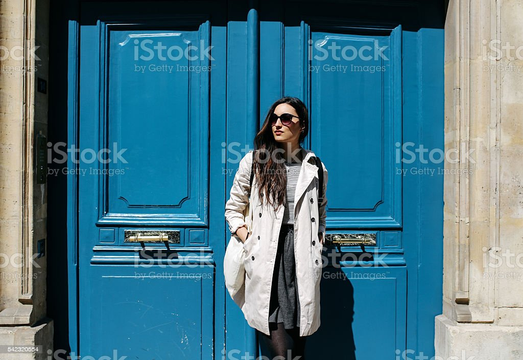 Joven mujer parisino en la tipografía de su apartamento - foto de stock