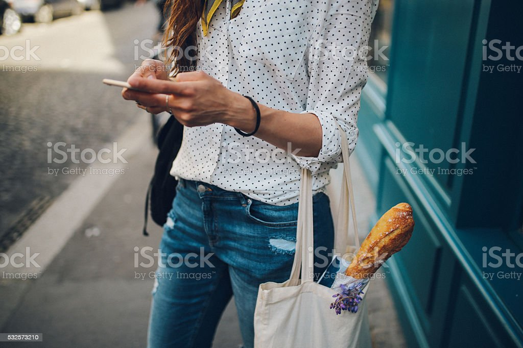 Junge Pariser Frau benutzt dem smartphone – Foto