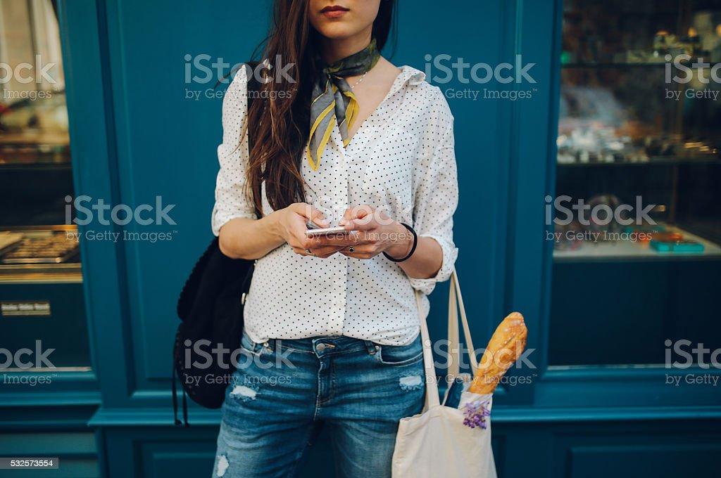 Parisino joven mujer usando el teléfono inteligente - foto de stock