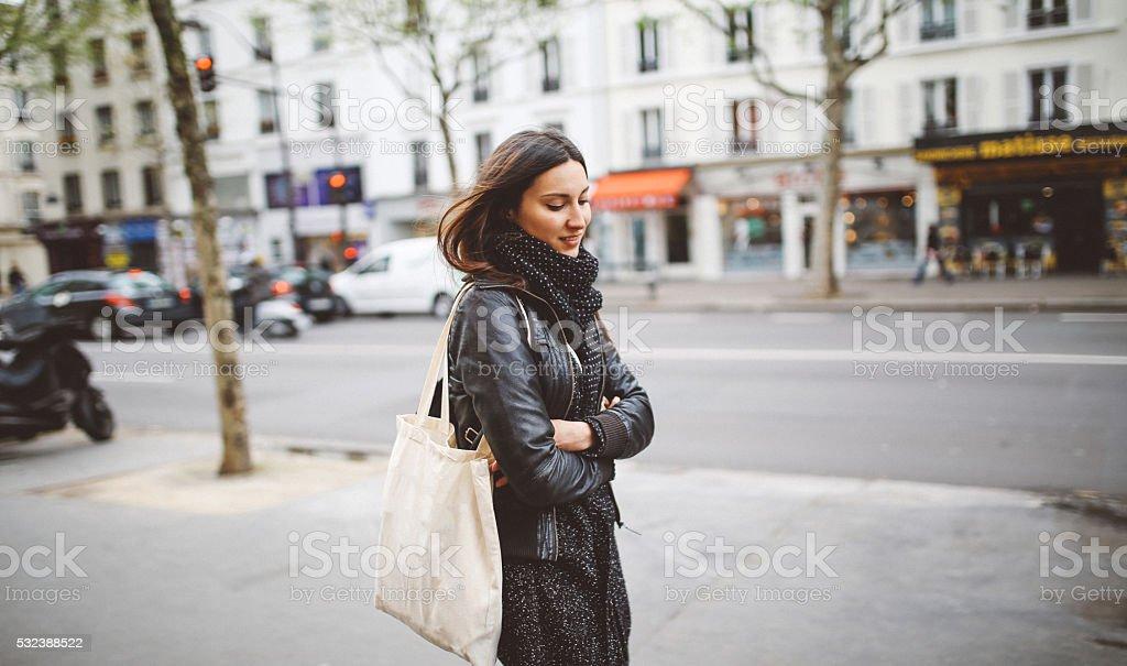 Jovem mulher parisiense caminhada - foto de acervo